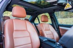 德国豪华大型高级轿车-棕色皮革内部,大全景遮阳篷顶,运动器材 免版税库存图片