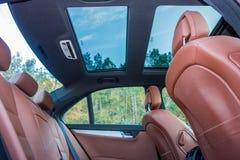 德国豪华大型高级轿车-棕色皮革内部,大全景遮阳篷顶,运动器材 库存照片