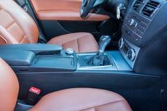 德国豪华轿车车的xxl遮阳篷顶,红色/褐色皮革内部,被镀铬的装饰品,昂贵的定制的单独汽车 库存照片