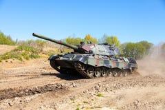 德国豹子1一辆在轨道的5坦克驱动 免版税库存照片