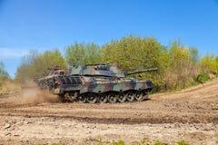 德国豹子1一辆在轨道的5坦克驱动 库存图片