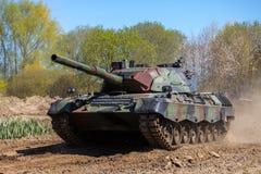 德国豹子1一辆在轨道的5坦克驱动 图库摄影