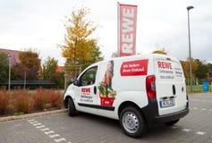 从德国超市连锁, REWE的送货业务汽车在停车场站立 免版税库存照片