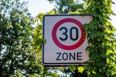 德国路标30区域-限速 库存图片