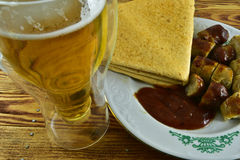 德国香肠服务用番茄酱和墨西哥玉米粉薄烙饼和a 图库摄影