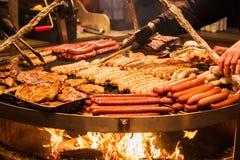 德国香肠 烹调的过程在火 免版税库存图片