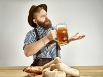 德国,巴伐利亚,上巴伐利亚行政区,人用啤酒在传统奥地利或巴法力亚服装穿戴了 免版税图库摄影