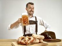 德国,巴伐利亚,上巴伐利亚行政区,人用啤酒在传统奥地利或巴法力亚服装穿戴了 图库摄影