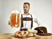 德国,巴伐利亚,上巴伐利亚行政区,人用啤酒在传统奥地利或巴法力亚服装穿戴了 库存照片