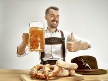 德国,巴伐利亚,上巴伐利亚行政区,人用啤酒在传统奥地利或巴法力亚服装穿戴了 库存图片