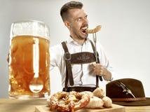 德国,巴伐利亚,上巴伐利亚行政区,人用啤酒在传统奥地利或巴法力亚服装穿戴了 免版税库存照片