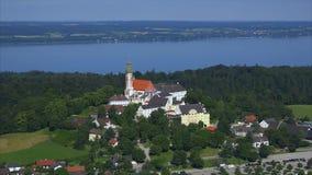德国,巴伐利亚,上巴伐利亚行政区,andechs修道院鸟瞰图  股票视频
