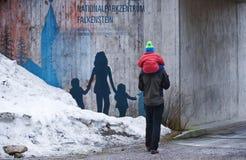 德国,巴法力亚森林, FALKENSTEIN, 2018年3月:一个人在参观wildpark以后运载他的肩膀的一个儿子 库存照片