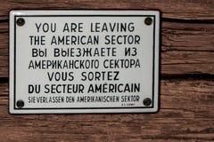 德国,布里曼,11月 2007年–警报信号板材您把美国区段留在用英语,俄语,法语和德语 库存图片