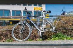 德国,慕尼黑, 2017年3月25日,一辆残破的自行车在没有后轮轮胎的慕尼黑有ADAC的签到背景 免版税库存照片