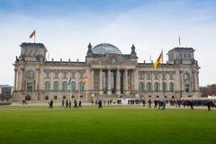 德国,柏林- 2016年10月02日:Reichstag大厦在柏林,德国 在带状装饰的致力意味对德国人 免版税库存图片