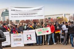 德国,柏林- 11月 02日2016年:这是什么民主看起来象圣歌,因为行军者到达与横幅,一部分的 免版税库存照片