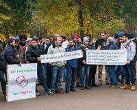 德国,柏林- 11月 02日2016年:这是什么民主看起来象圣歌,因为行军者到达与横幅,一部分的 库存图片