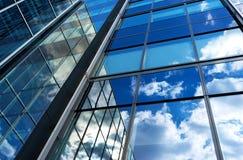 德国,汉堡18 4月:大厦保险Deutscher圆环的玻璃门面,路德维希・艾哈德街 2015年4月18日 图库摄影