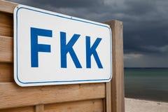 德国,石勒苏益格-荷尔斯泰因州,波罗的海,在海滩的标志FKK 图库摄影