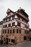 德国,纽伦堡, 2016年12月27日:奥尔布雷克特Durer ` s议院 一个著名大厦在城市 视域 图库摄影