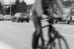 德国,雷根斯堡, 2017年3月01日,一条街道的街道摄影在有移动的汽车的雷根斯堡和自行车 免版税图库摄影