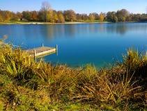 德国,巴伐利亚-秋天的Erding湖与木码头 免版税库存照片