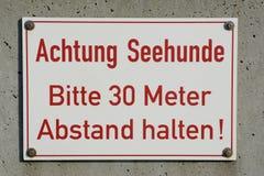 德国,黑尔戈兰岛,标志,当心斑海豹 免版税库存图片