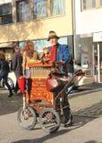 德国, DÃ ¼ sseldorf :有古色古香的手摇风琴的手风琴演奏者 免版税库存照片