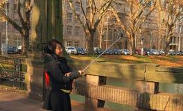 德国, DÃ ¼ sseldorf :采取Selfie用Selfie棍子的妇女 免版税库存照片