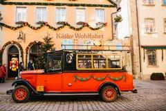 德国, Rothenburg ob der陶伯, 2017年12月30日:装饰在圣诞节样式汽车在玩具店旁边 kathe 图库摄影