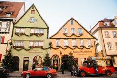 德国, Rothenburg ob der陶伯, 2017年12月30日:装饰在圣诞节样式汽车在玩具店旁边 kathe 免版税库存照片