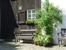 德国:梦想的村庄- Benche在阳光下 免版税图库摄影