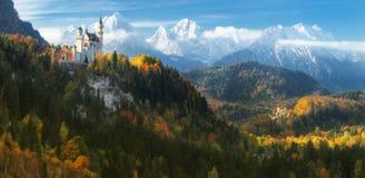 德国 全景 著名新天鹅堡城堡和Hohenschwangau在多雪的山背景防御  免版税库存图片