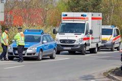 德国紧急救护车和警车在街道上站立 库存图片