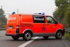 德国紧急医生汽车在高速公路站立 免版税库存图片