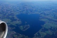 德国-2016年10月:chiemsee如被看见从飞机,湖的平面看法 免版税库存照片