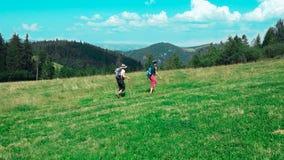 德国 有一个背包的黑森林女孩在远足 免版税图库摄影
