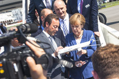 德国总理安格拉・默克尔看起来模型飞机空中客车A350 XWB在期间开放国际航空和空间陈列 免版税库存图片
