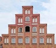 德国 LÃ ¼ neburg 中世纪大厦哥特式跨步的山墙在正方形在蓝天背景的Sande的 免版税库存图片