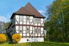 德国fachwerk房子在庭院里 免版税库存照片