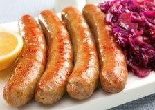 德国Thuringer多味腊肠用红叶卷心菜 免版税库存图片