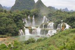 德天瀑布,在中国和越南之间的边界 免版税图库摄影