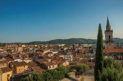 德拉吉尼昂活泼和客气的镇的看法从钟楼的小山的 免版税库存照片