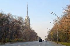 德拉甘Tsankov bullevard和鲍里索娃Gradina电视塔或老塔在索非亚 免版税库存照片