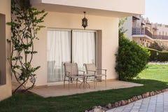 德斯卡nd两椅子在庭院里 库存照片