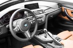 德根多尔夫,德国- 23 2016年4月:2016 BMW的内部4系列敞篷车在豪华汽车介绍时在Deggendo 免版税库存图片