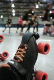 德比击倒了四轮溜冰者 免版税图库摄影