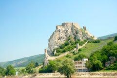 德温城堡。从多瑙河的全视图 免版税库存图片