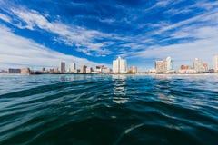 德班海滩前的水视图 免版税库存图片
